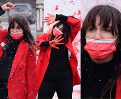 Zaangażowana Dominika Kulczyk protestuje pod Pałacem Kultury umazana czerwoną farbą (ZDJĘCIA)
