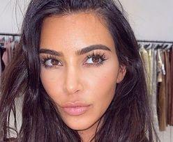 BLONDWŁOSA Kim Kardashian pręży umięśnione ciało w mocno wyciętym kostiumie (FOTO)