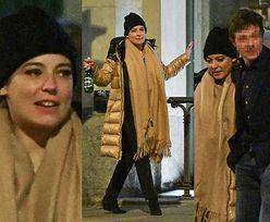 Rozgrzana Anna Mucha w puchowej kurtce i szalu wymienia czułości z Jakubem Wonsem przed knajpą. Romantycznie? (ZDJĘCIA)