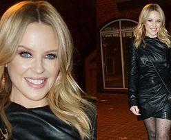 52-letnia Kylie Minogue pokazuje zgrabne nogi i śnieżnobiałe ząbki na spacerze (ZDJĘCIA)