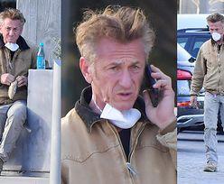 Naburmuszony Sean Penn zajada kanapkę w masce ochronnej, uprzednio myjąc ręce żelem antybakteryjnym (ZDJĘCIA)