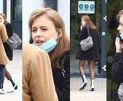 Oliwia Bieniuk w rajstopach w kropki i białych botkach wychodzi ze szkoły tuż po egzaminie maturalnym z matematyki (ZDJĘCIA)