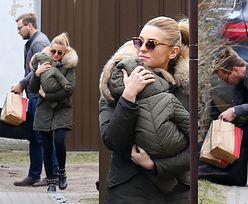 Uśmiechnięta Kasia Tusk odwiedziła rodziców z dzieckiem, mężem, psem i kawą na wynos (ZDJĘCIA)