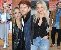 Celebryci pozują z drinkami na otwarciu baru: Antek Królikowski z dziewczyną, Hanna Lis w białych kowbojkach i Michał Piróg w kaszkiecie