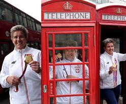 Szczęśliwa Anita Włodarczyk pozuje ze złotym medalem na tle autobusu i w budce telefonicznej (ZDJĘCIA)