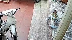 Dziecko w chodziku przed schodami. Dramatyczne nagranie z Azji