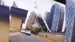 Dźwig runął na drogę. Przerażające nagranie z Wuhan