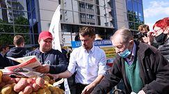 Rolnicy protestują pod Biedronką. Rozdali 10 ton ziemniaków