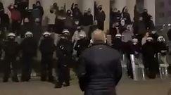Strajki w Warszawie. Ksiądz pozdrowił grupę broniącą kościoła