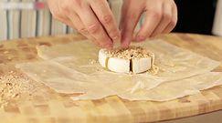 Zapiekany ser brie z orzechami. Wykwintna przystawka w kilka chwil