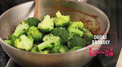 Potrawka brokułowa z sosem pomidorowym.