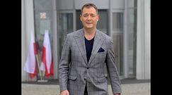 Posępny Jacek Rozenek snuje się we mgle pod TVP