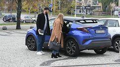 Roześmiana Kaczorowska z mężem opuszczają TVP