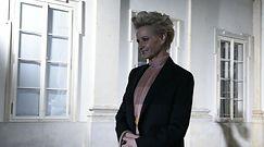 Grzeczna Małgorzata Kożuchowska pozuje w sukience pod samą szyję