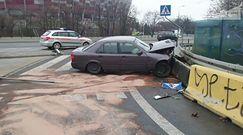Mercedes uderzył w betonowe bariery