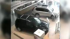 Wściekły Rosjanin w salonie samochodowym. Wszystko nagrały kamery