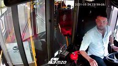 Niezwykłe zachowanie kierowcy autobusu. Mężczyzna pospieszył z pomocą kobiecie na wózku inwalidzkim