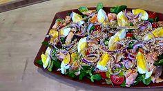 Sprawdzony przepis na pyszną sałatkę z łososiem i jajkiem. Idealna propozycja na kolację