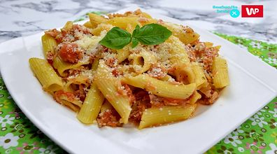 Sprawdzony przepis na makaron z tuńczykiem i pomidorami. Miłośnicy włoskiej pasty będą zachwyceni