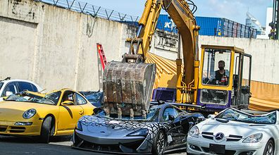 Zmiażdżyli luksusowe auta. Służby opublikowały wideo