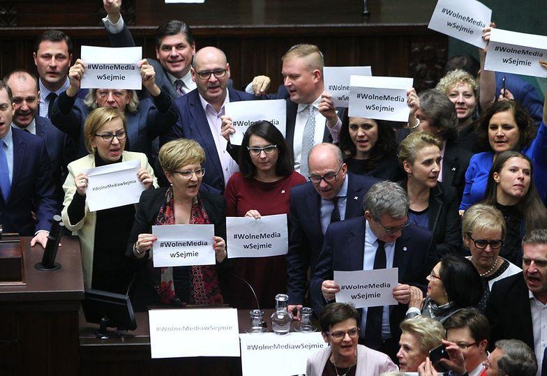 Opozycja blokuje mównicę sejmową