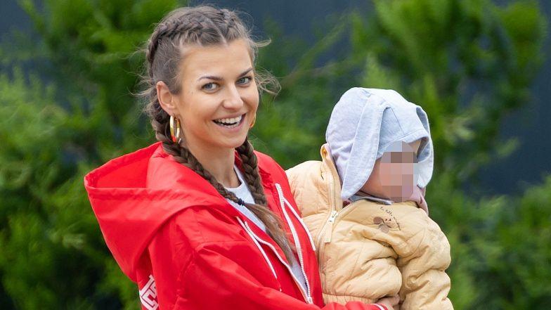 Anna Lewandowska w warkoczach ogląda z Laurą bańki mydlane (ZDJĘCIA)