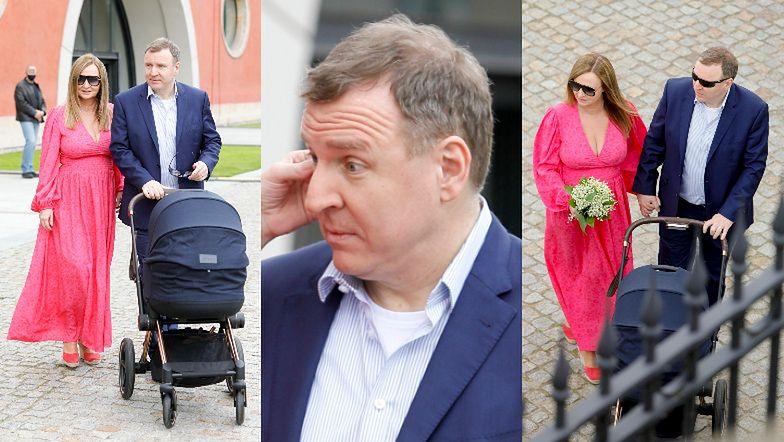 Jacek Kurski pozuje z córką w wózku i żoną Joanną, która próbuje wyciągnąć ukochanemu paproch z oka (ZDJĘCIA)