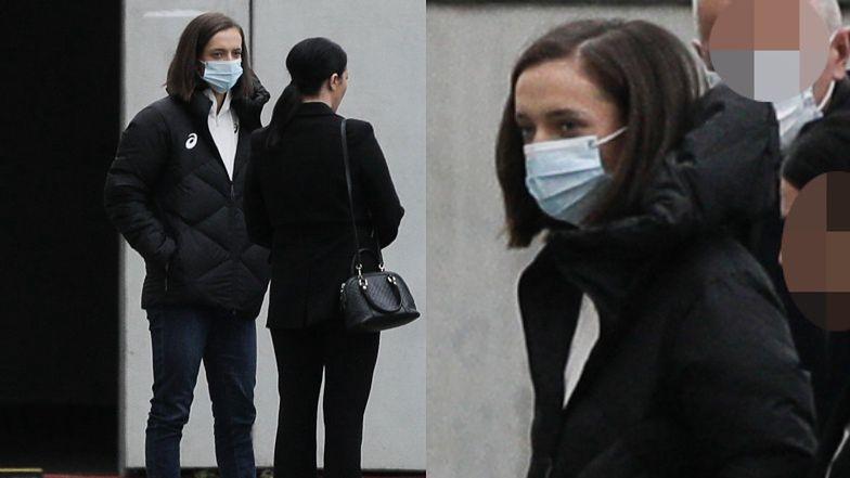 Otulona puchową kurtką Iga Świątek w towarzystwie ochrony szykuje się do spotkania z dziennikarzami (ZDJĘCIA)
