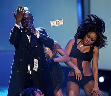 Akon molestuje fankę na scenie! (wideo)