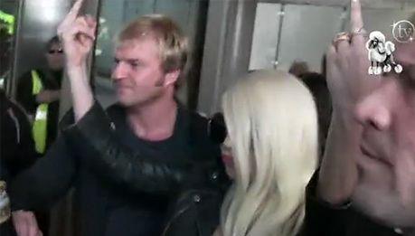 Gaga klnie i pokazuje środkowy palec!
