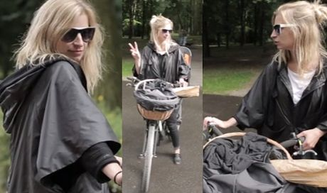 Schejbal na rowerze i w czarnej deszczówce!