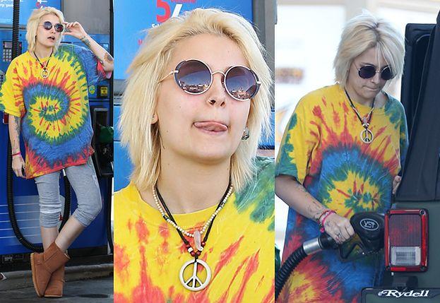 """Paris Jackson tankuje Jeepa w """"hipisowskiej"""" koszulce (ZDJĘCIA)"""