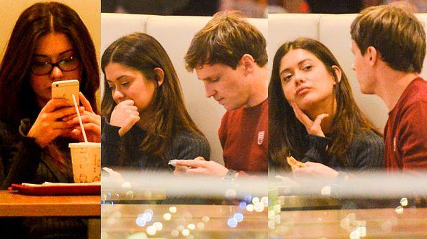 Znudzona Miriam z chłopakiem w kawiarni (AKTUALIZACJA)