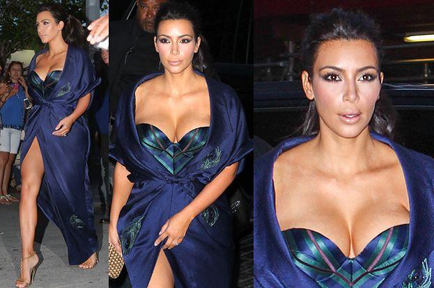 Kardashian chwali się biustem i nogami! (FOTO)