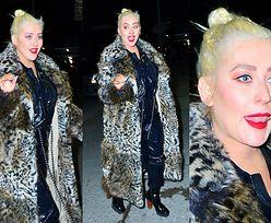 Dorodna Christina Aguilera paraduje po Manhattanie w sztucznym futrze