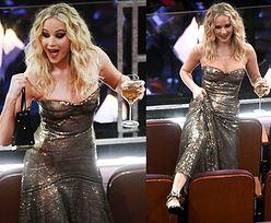 Jennifer Lawrence w sukni z cekinami dzielnie walczy z siedzeniami (ZDJĘCIA)