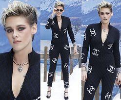Kobieca Kristen Stewart pozuje na sztucznym śniegu