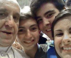 """Papież pozuje do zdjęcia """"z ręki""""! (FOTO)"""