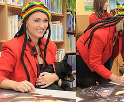 Sara May z psem w bibliotece...