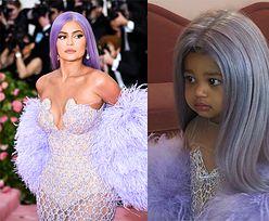 """Kylie Jenner przebrała córkę za SAMĄ SIEBIE na Halloween. Internauci są oburzeni: """"DZIECKO TO NIE LALKA!"""""""