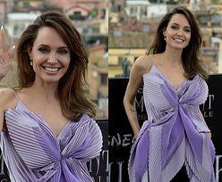 """Promienna Angelina Jolie w przebraniu motyla pozuje na premierze """"Czarownicy"""" (FOTO)"""