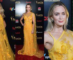 Dostojna Emily Blunt eksponuje stanik w pomarańczowej sukience Elie Saab