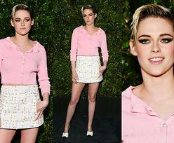 Dziewczęca Kristen Stewart eksponuje nogi na przedoscarowej imprezie Chanel