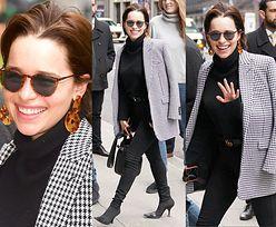 Emilia Clarke prezentuje nową fryzurę na nowojorskim chodniku