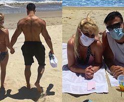 Zamaseczkowana Britney Spears wygrzewa się na plaży z chłopakiem (FOTO)