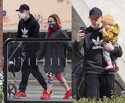 Dumny Igor Herbut robi sobie selfie z synkiem na rodzinnym spacerze po warszawskiej Pradze. Słodko? (ZDJĘCIA)
