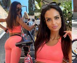 Klaudia El Dursi pręży opięte w róż krągłości na rowerowej przejażdżce po Barcelonie (ZDJĘCIA)