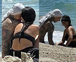 Kourtney Kardashian i Travis Barker łapią promienie kalifornijskiego słońca, wymieniając czułości na plaży (ZDJĘCIA)