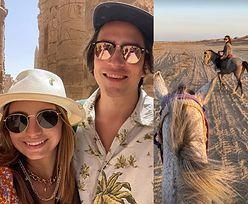 Julia Wieniawa i Nikodem Rozbicki jeżdżą konno po egipskiej pustyni. Romantycznie? (ZDJĘCIA)
