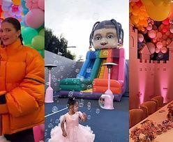Kylie Jenner świętuje 3. urodziny Stormi: balonowa karoca, sklep z cukierkami i... dmuchana zjeżdżalnia z głową dziecka (ZDJĘCIA)